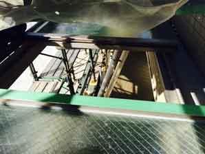 庇の網入りガラス修理作業