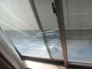ゴルフボールで大破した網入りガラス