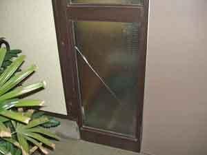 駒木台の網入りガラス破損