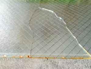 網入りガラスの錆割れ