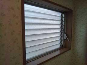 富里市のジャロジー窓
