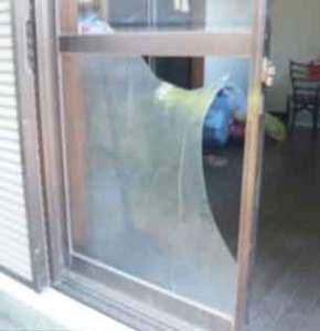 空き巣に割られた窓ガラス