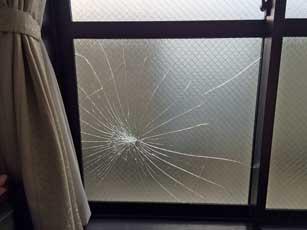 網入り型板ガラス破損