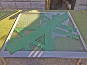神明町で網入りガラス割れ
