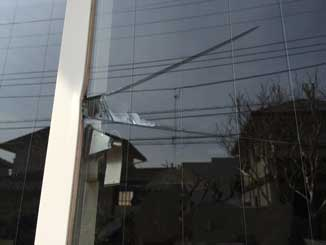 鎌取町の空き巣による出窓割れ