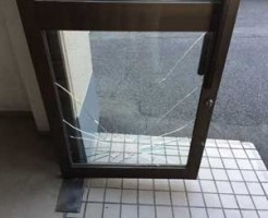 花見川区ドアガラス修理交換前
