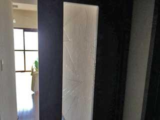 東中沢室内ドアガラス修理前