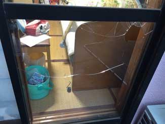 和良比ガラス割れ修理前
