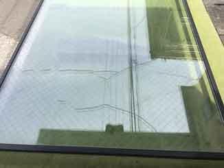 江戸川区の透明網入り複層ペアガラスひび割れ