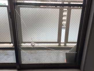 欠真間の透明網入りガラス修理前