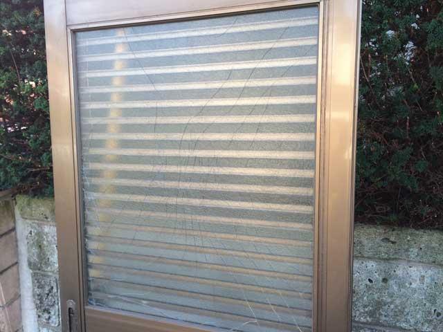西初石の玄関引戸ガラス修理前