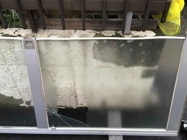 くもりガラス投石被害