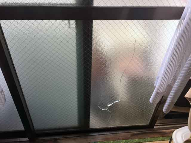 葛飾区柴又 網入りガラス修理前