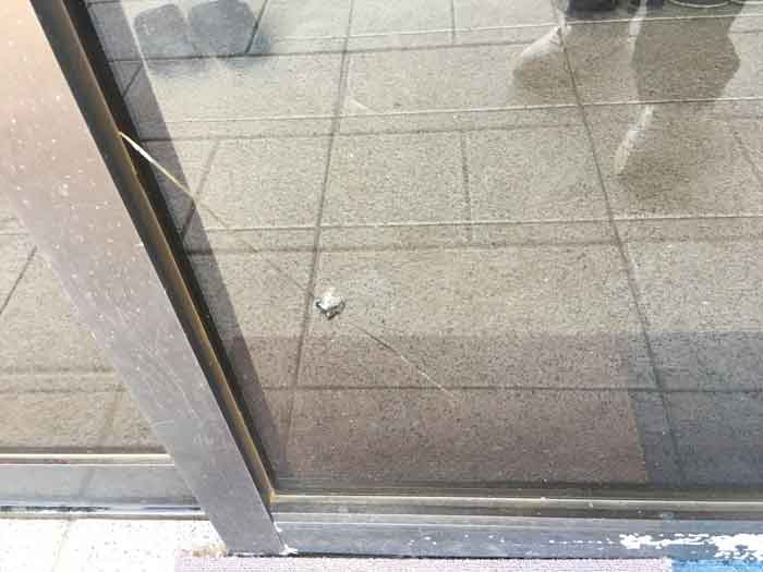 投石によるガラス割れ