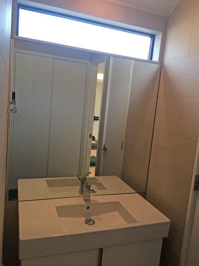 洗面室の大型鏡
